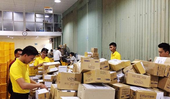 Đoàn viên Bưu điện xung kích hỗ trợ lưu thoát hàng hóa